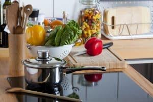 Kochfeld mit Topf und Gemüse