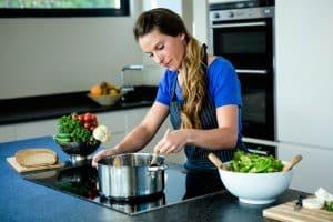 Junge Frau bereitet Essen zu