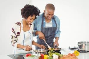 Paar kocht Essen mit Elektrokochfeld