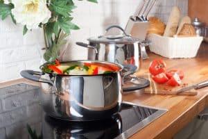 Gemüse zubereiten auf Elektrokochfeld