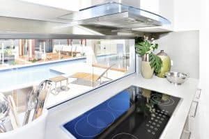 Modernes Kochfeld mit Dunstabzugshaube