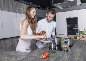Paar beim Kochen mit Glaskeramik Kochfeld