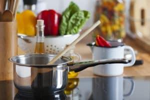 Essen auf Induktionskochfeld kochen
