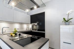 Moderne Küche mit Kochfeld mit Abzug
