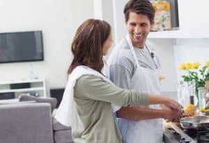 Paar beim Kochen mit Induktionskochfeld