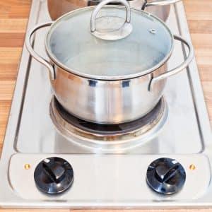Kochender Wassertopf auf Elektroherd